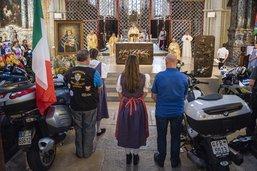 Des motos dans la cathédrale