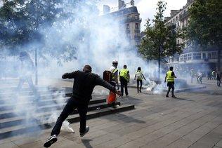 """De moins en moins de """"gilets jaunes"""" dans la rue  en France, à la veille des européennes"""