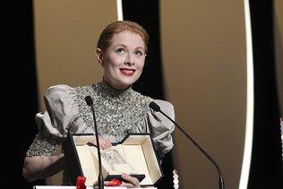 Cannes: Emily Beecham remporte le Prix d'interprétation féminine