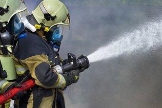 Gros incendie dans le centre-ville de Bordeaux, un pompier blessé