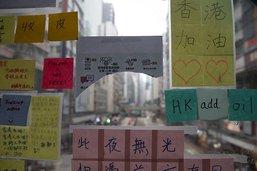 """""""Imagine"""": les """"murs de Lennon"""" fleurissent partout à Hong Kong"""