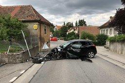 Inattentif, un automobiliste percute un mur à Vesin