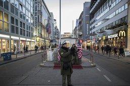 Les faux soldats bannis du site mythique de Checkpoint Charlie