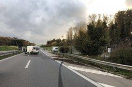Une camionnette dans le décor sur l'A12