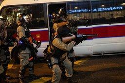 Un policier tire sur un manifestant à Hong Kong