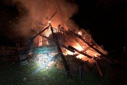 Une grange détruite par les flammes à Zumholz