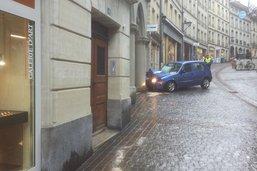 Une voiture folle emboutit un pilier à la rue de Lausanne