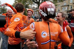 Les Pays-Bas remportent le contre-la-montre par équipes mixtes