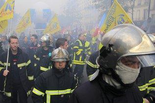 """Manifestation de milliers de pompiers """"en colère"""" à Paris"""