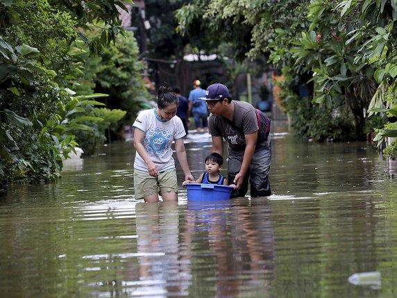 Le bilan s'élève à au moins 23 morts — Inondations en Indonésie