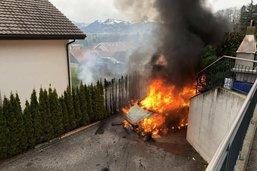Un véhicule en flammes à Gumefens