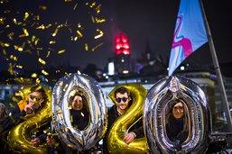 Des milliers de personnes dans les rues pour accueillir 2020
