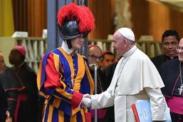 Le casse-tête de la sécurité d'un pape adepte des bains de foule