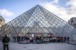 Face à face tendu entre touristes et grévistes bloquant le Louvre