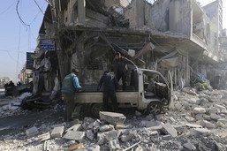 Face à l'avancée du régime, des Syriens disent adieu à Saraqeb