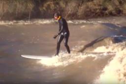 Deux surfeurs sur la rivière de la Broye