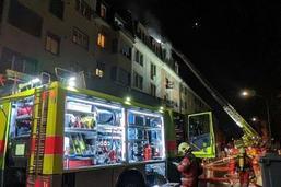 Grenier d'une maison d'habitation en feu à Zurich