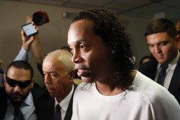 Faux passeport: Ronaldinho reste en détention au Paraguay