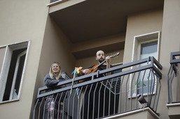 Privés de sortie, les Italiens chantent au balcon