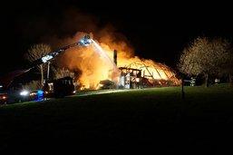 Une ferme détruite par les flammes à Dirlaret