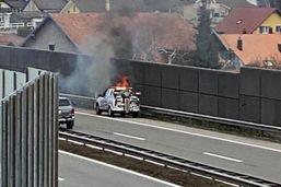 Un véhicule en feu sur l'autoroute entre Rossens et Matran