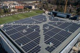Des panneaux photovoltaïques sur le toit de la patinoire
