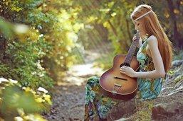En balade, elle chante une ballade