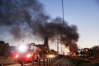 Couvre-feu à Minneapolis, policier arrêté et inculpé