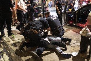 """Noir tué à Minneapolis mort à cause de la """"pression sur son cou"""""""