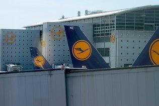 """Lufthansa, en perte, s'attend à une """"lente"""" reprise de la demande"""