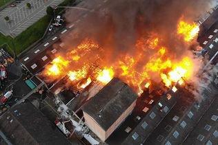 Le feu a ravagé plusieurs halles industrielles à Laufon (BL)