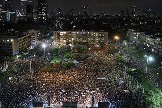 Des milliers de manifestants contre la gestion de l'épidémie