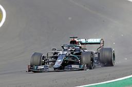 Lewis Hamilton finit sur trois roues mais gagne