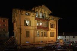 Maison classée déplacée en musique et en lumière aux Grisons