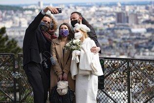 Paris se masque en pleine vague de chaleur caniculaire