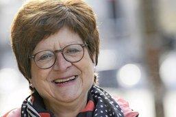 Elle devient aide-infirmière à 57 ans: «une façon de rendre hommage à ma maman»