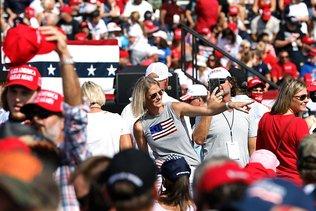 """En Floride, Trump vante une croissance """"explosive"""""""