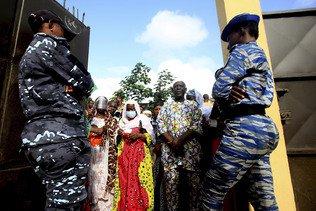 Ouattara en quête d'un 3e mandat, scrutin émaillé d'incidents