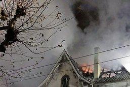 Maison centenaire en feu la nuit de Noël à Beauregard