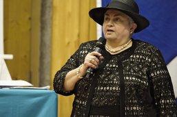 Les élus font leurs adieux à la dame au chapeau