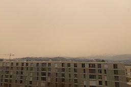 Le sable du Sahara jaunit le ciel en Suisse