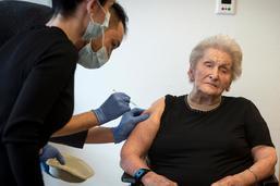 Une dame de 105 ans devient la première vaccinée fribourgeoise