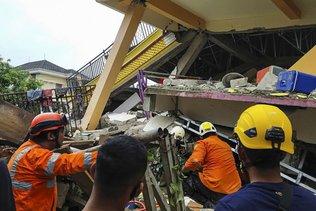 Au moins 42 morts, des disparus sous les décombres