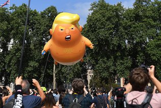 """A Londres, le """"bébé Trump"""" entre au musée"""