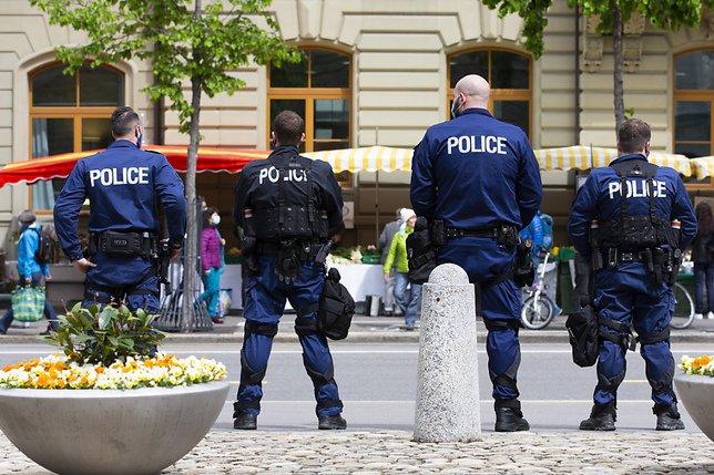 La police encercle les manifestants contre les mesures anti-Covid