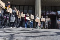 Manifestation devant la rédaction de La Liberté