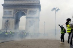 """Peines """"symboliques"""" pour le saccage de l'arc de Triomphe à Paris"""
