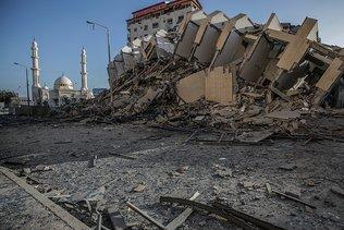 Israël intensifie ses raids à Gaza, combat des émeutes sur son sol