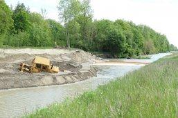 Un bulldozer coincé dans la rivière la Broye à Henniez