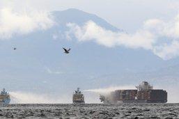 Réduction des flammes sur le bateau en feu près de Vancouver